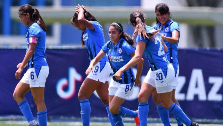 Jugadoras de Cruz Azul festejando un gol a favor