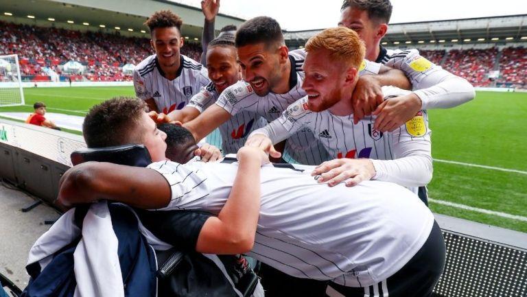 Jugadores del Fulham festejan con Rhys