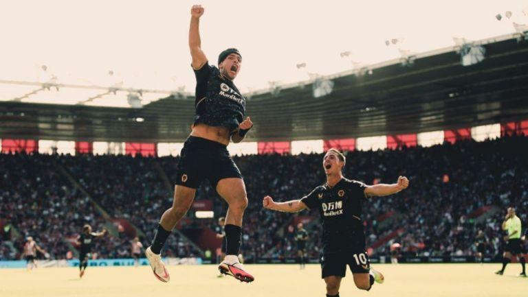 Raúl Jiménez festeja gol con el Wolverhampton