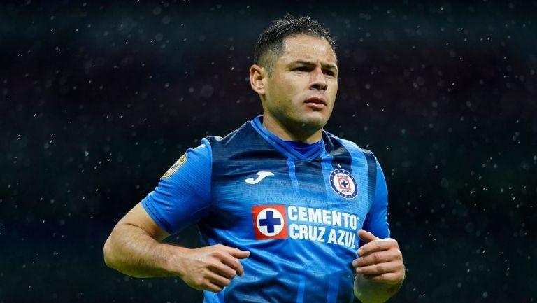 Pablo Aguilar en un partido con Cruz Azul