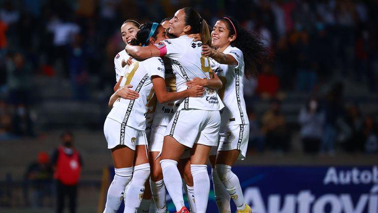 Jugadoras de Pumas festejan un gol