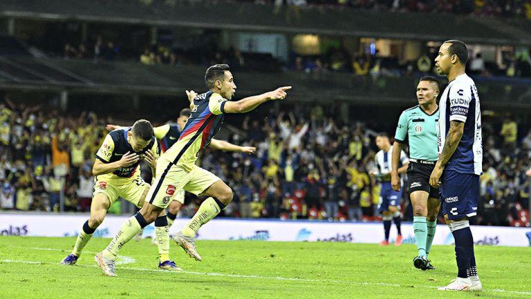 Jugadores de América festejan un gol ante Pachuca