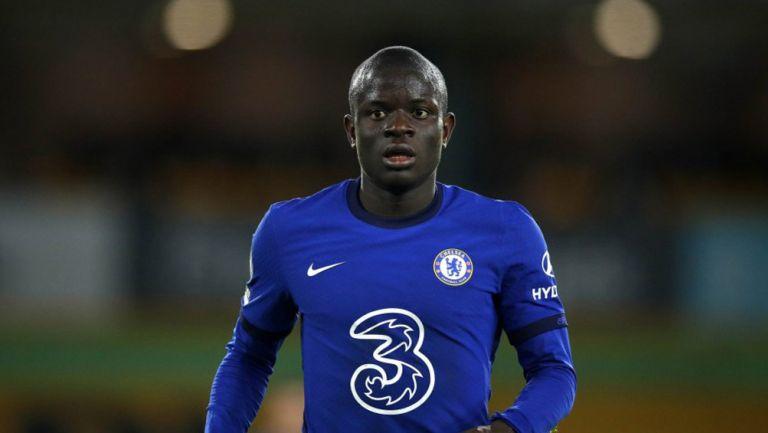 N'golo Kanté durante un duelo con el Chelsea