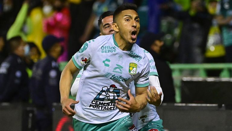 Ángel Mena festeja un gol con León
