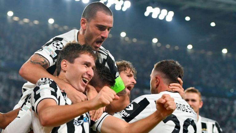 Jugadores de la Juventus celebrando el gol de Chiesa