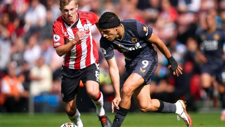 Raúl Jiménez al anotar ante el Southampton