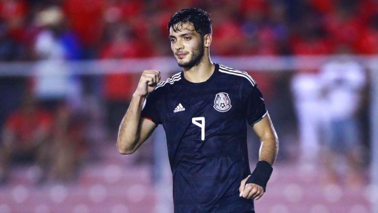 Raúl Jiménez en un partido con la Selección Mexicana