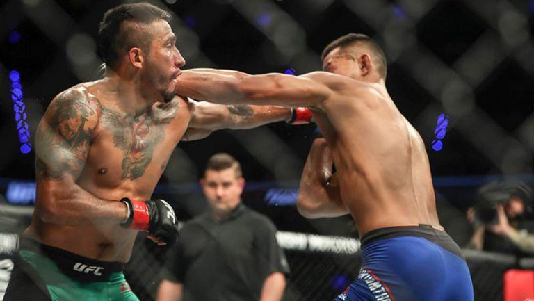 Alejandro Pérez golpea a Andre Soukhamthath