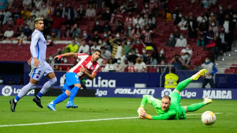 Luis Suárez remata en contra de la portería del Barcelona
