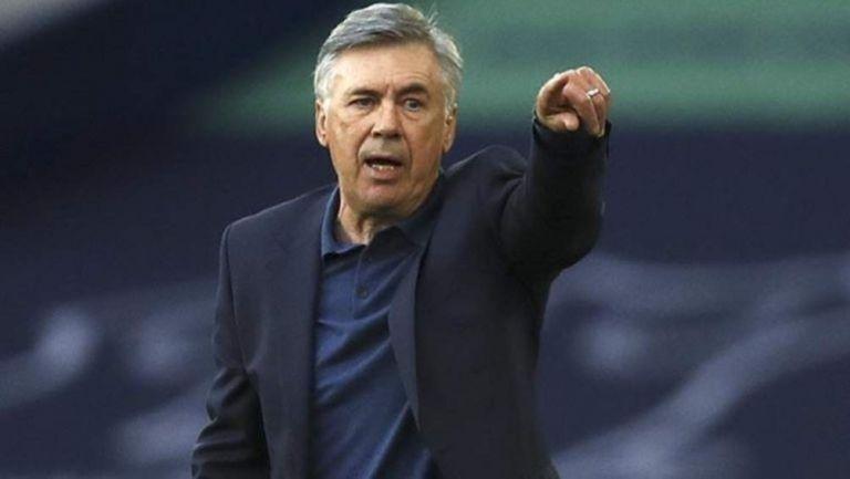 Carlo Ancelotti dirigiendo un partido