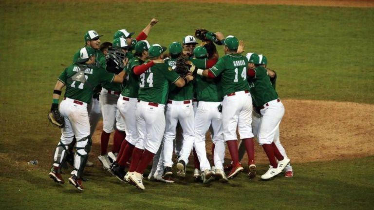 Selección Mexicana celebrando el triunfo sobre Colombia