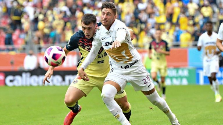 Arturo Ortiz en acción con Pumas ante América
