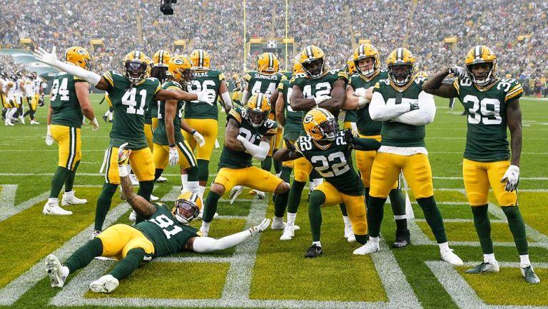 La defensa de Packers  festeja un fumble