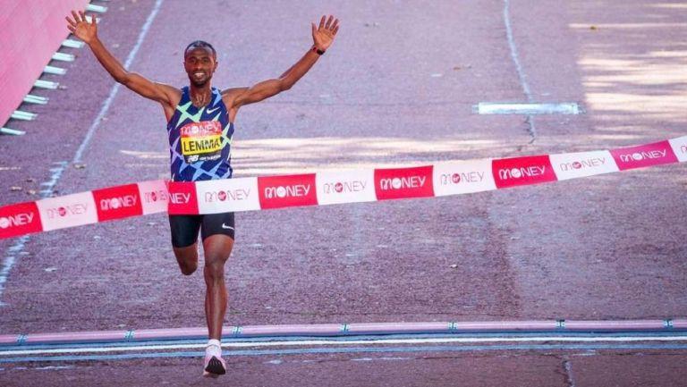 El etíope Sisay Lemma cruzando la meta en Londres