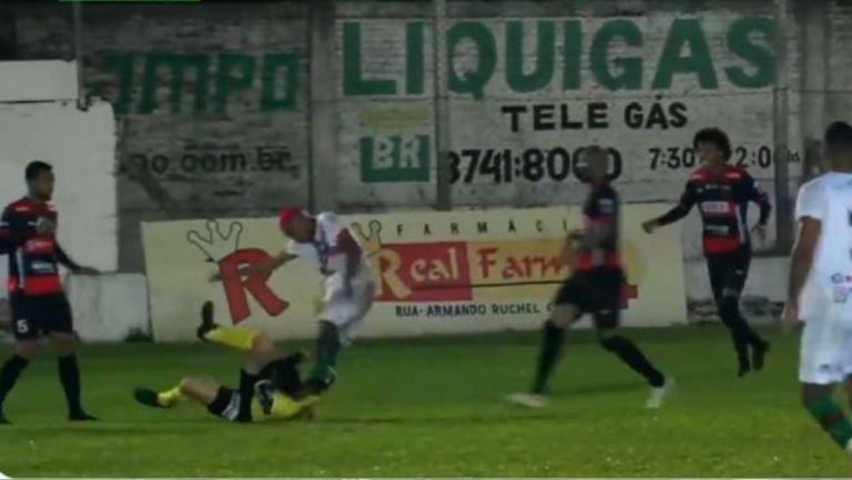 Ribeiro patea al árbitro en el suelo