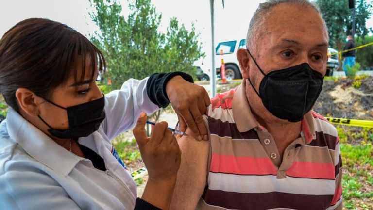 Una persona siendo vacunada en México