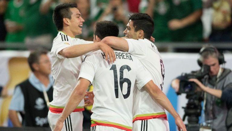 Hirving Lozano, Herrera y Raúl Jiménez en un partido de la Selección Mexicana
