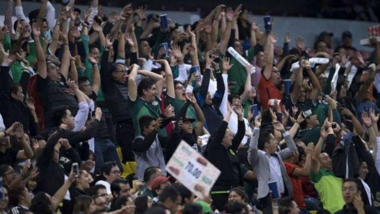 Aficionados en el Estadio Azteca