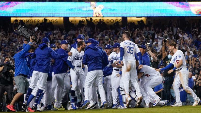 Jugadores de Dodgers celebran victoria frente a Cardinals