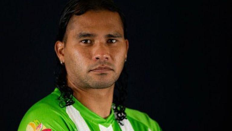 Gullit Peña posa con la playera del Antigua GFC