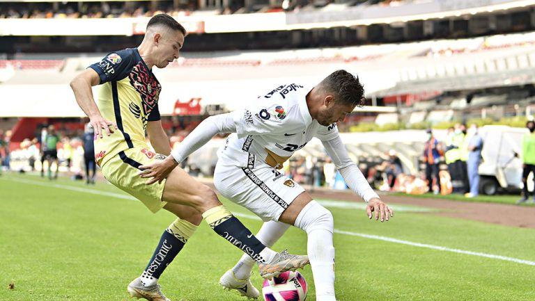 Fidalgo y Ortiz disputan el balón en el América vs Pumas