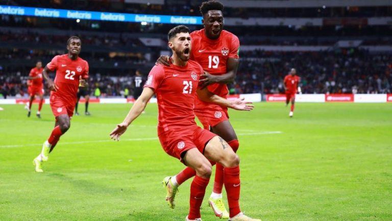 Osorio y Davies festejando el gol a favor de Canadá ante México