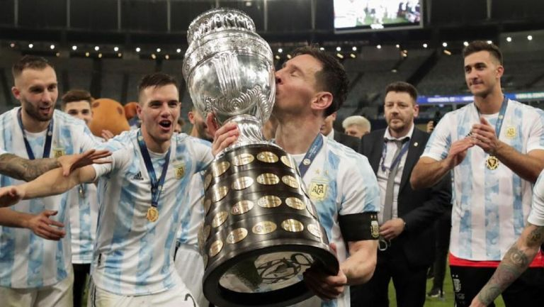 Lionel Messi besa el trofeo de la Copa América 2021