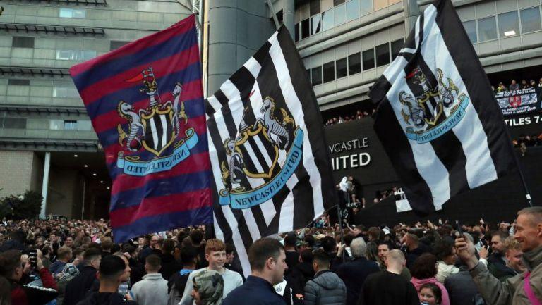 Aficionados del Newcastle celebrando la venta de su equipo
