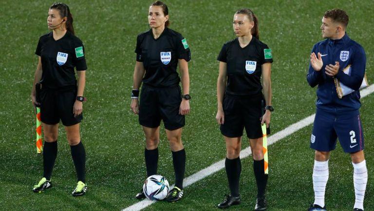 Kateryna Monzul junto a sus asistentes antes de iniciar el partido