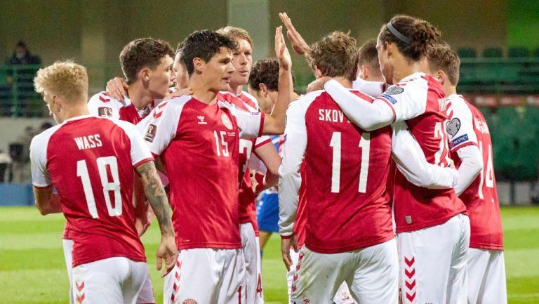 Jugadores daneses celebrando un gol vs Moldavia