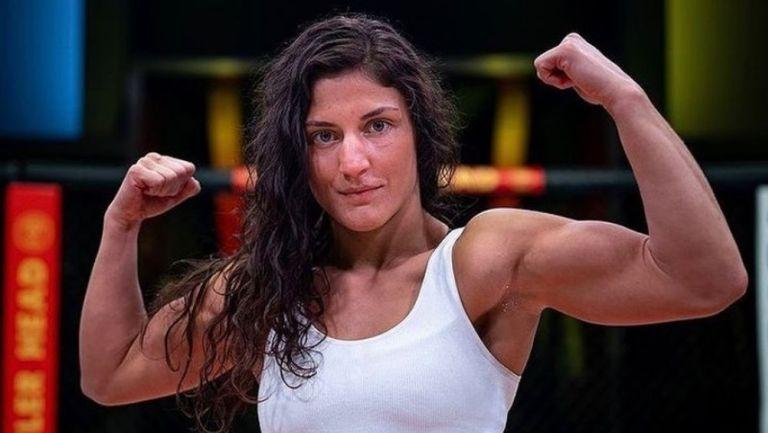 Lupita Godínez posa en el octágono de la UFC
