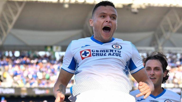 Jonathan Rodríguez en festejo con Cruz Azul