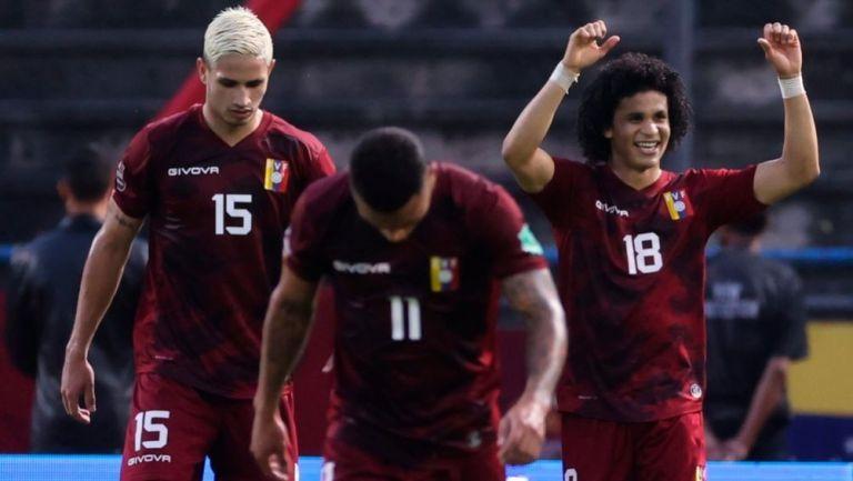 Futbolistas venezolanos festejando un gol a favor