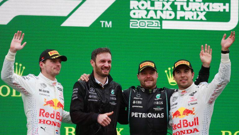 Checo festeja en el podio