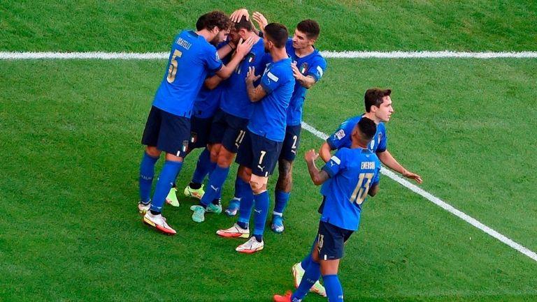 Jugadores de Italia celebran gol frente a Bélgica