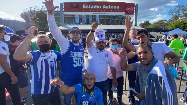 Aficionados hondureños a las afueras del Estadio Azteca