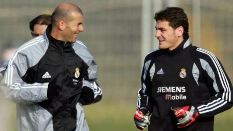 Zinedine Zidane e Iker Casillas en una práctica del Real Madrid