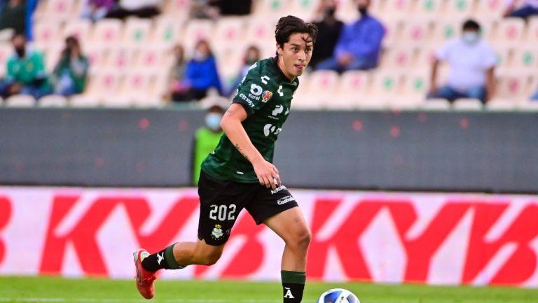 Jordan Carrillo durante un partido con Santos