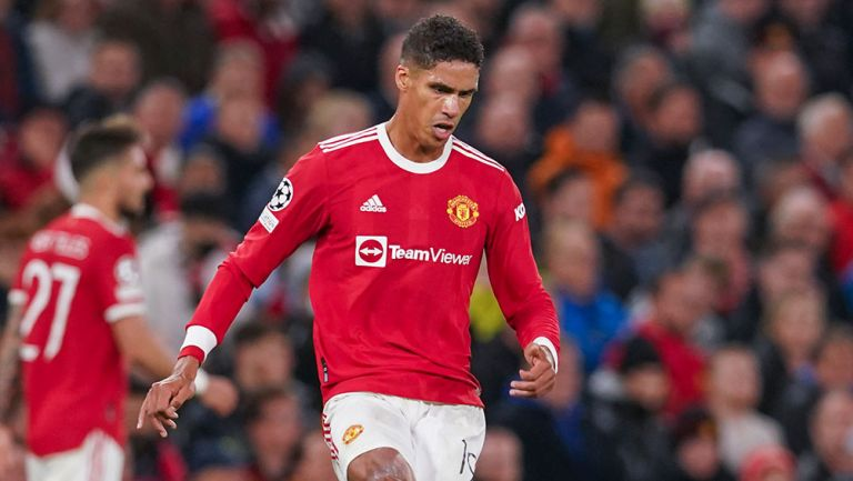 Manchester United se queda sin centrales titulares tras lesión de Varane