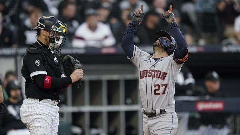 José Altuve festeja su home run ante Chicago