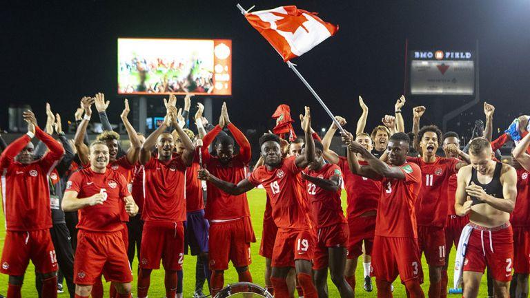 Jugadores de Canadá festejan el triunfo ante Panamá