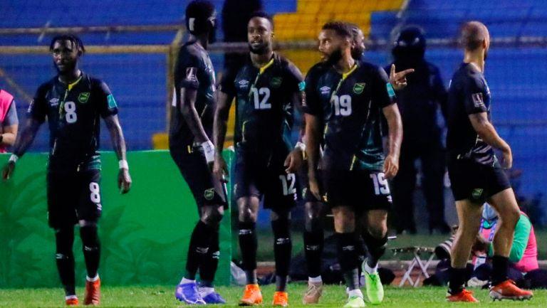 Jugadores de Jamaica celebran un tanto ante Honduras