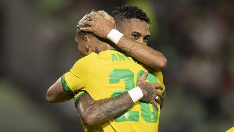 Jugadores de Brasil festejan un gol
