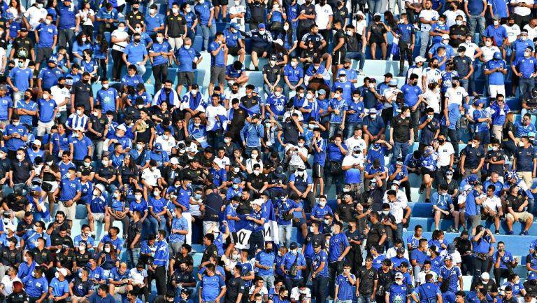 Afición salvadoreña en el Estadio Cuscatlán