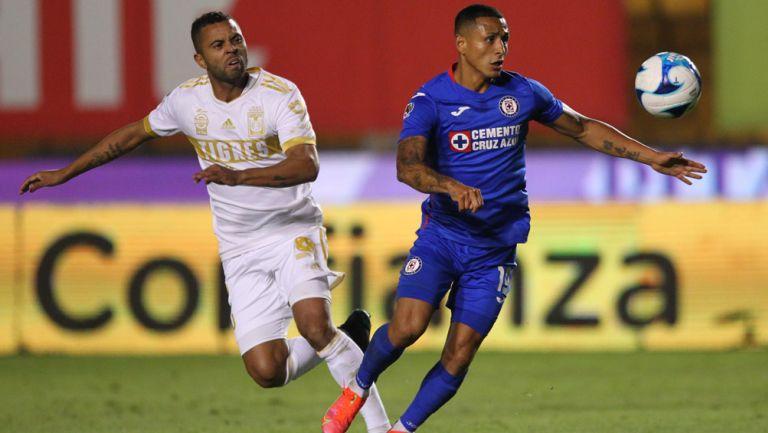 Carioca y Yotún pelean un esférico en Liga MX