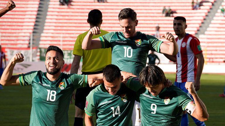 Jugadores de Bolvia festejan uno de los goles ante Paraguay