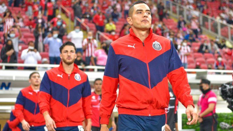 Sergio Flores sale a la cancha con las Chivas