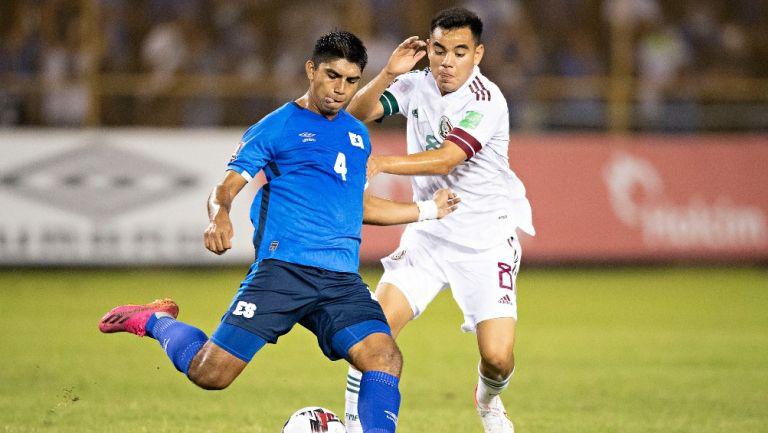 Charly Rodríguez peleando un balón ante El Salvador